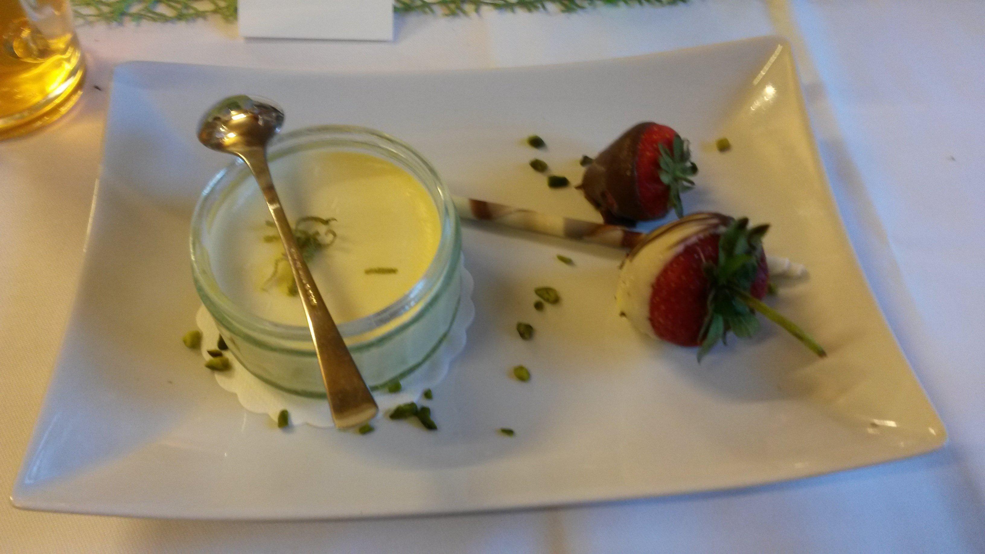 Zitronenreme mit Himbeeren